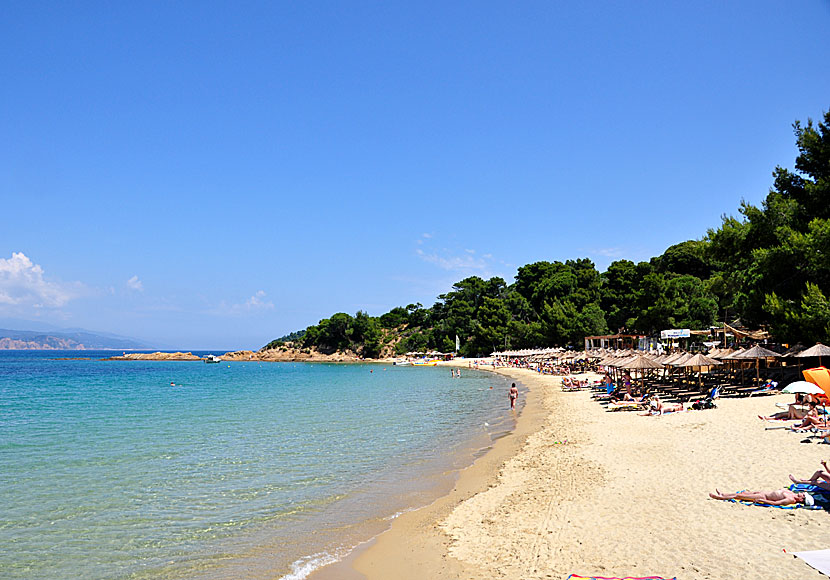 stora pattar naket på stranden